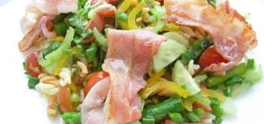 Итальянский салат с макаронами и беконом