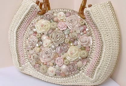 Очень красивая сумка крючком с вышивкой лентами