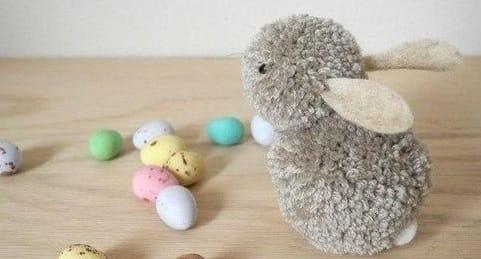 Пушистый кролик из помпонов