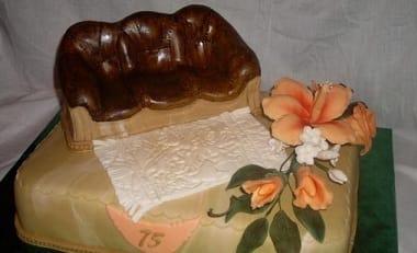 Кожаный диван из... мастики для торта