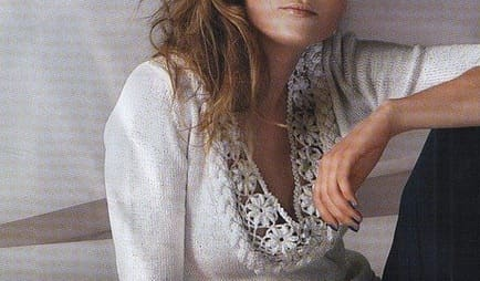 Пуловер спицами с цветочной обвязкой крючком
