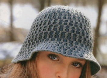 Шляпка крючком. Декор полосками натуральной кожи