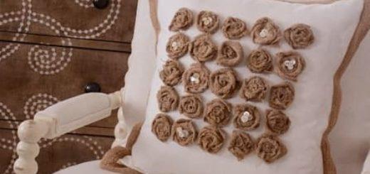 Подушка с розочками из мешковины