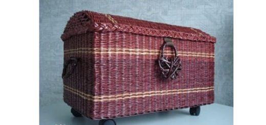 Сундук на колесах в стиле минимализм. Плетение из газет