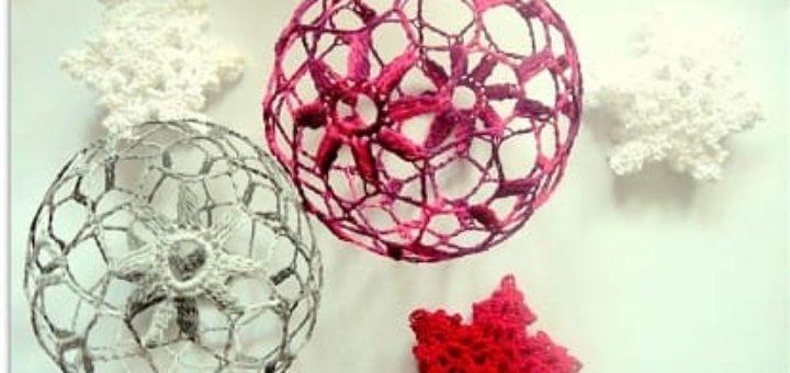 Вязаная крючком елочная игрушка - шарик