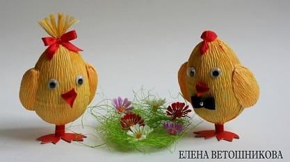 Пасхальные цыплята из киндер-сюрприза и гофрированной бумаги
