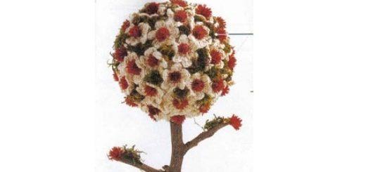 Топиарий из вязаных крючком цветочков