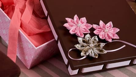 Декорирование коробочки цветами из ткани