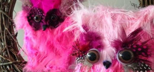 Розовые совушки из перьев и бутылки
