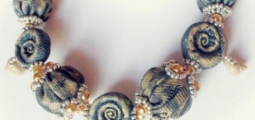 Джинсовое ожерелье из ракушек, бисера и бусин
