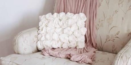 Шитье подушки - красавицы с розочками из флиса