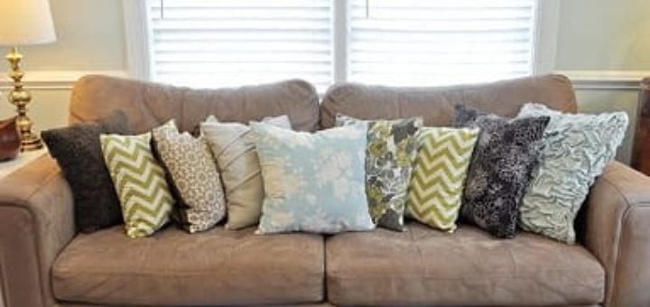 Обновляем диванные подушки при помощи ткани и горячего клея