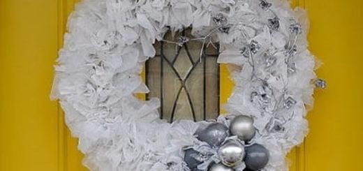 Рождественский венок из полиэтиленовых пакетов, лампочек и крышек