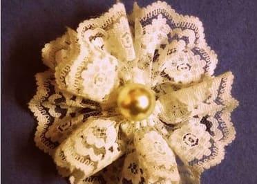 Цветочек из кружева для украшения заколки