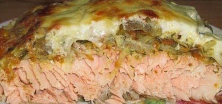 Готовим лосось с овощами под сметаной