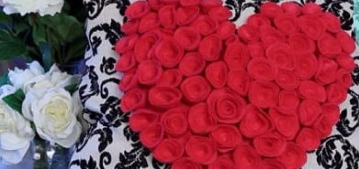Декор подушки сердцем с розочками из фетра