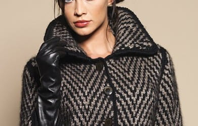 Короткое пальто спицами жаккардовым узором