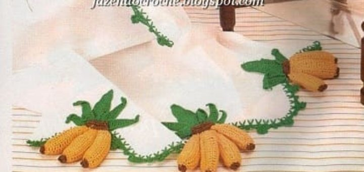 Бананы и клубника на скатерти и полотенце