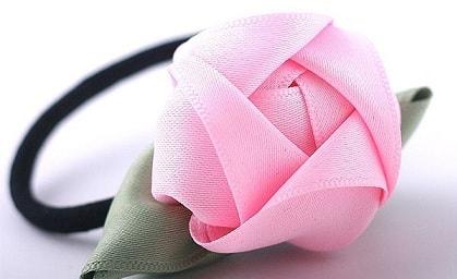 Резинка для волос с розой из атласа
