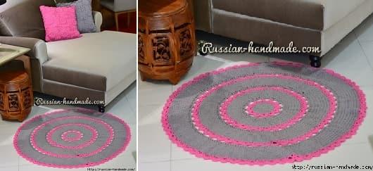 Серый круглый коврик с розовой отделкой крючком