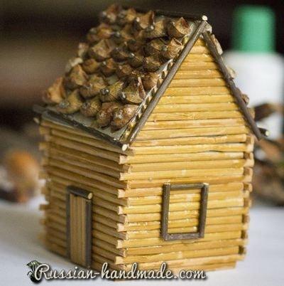 Домик из картона, бамбуковой салфетки и шишек (1)