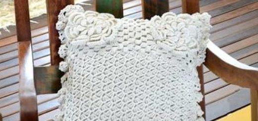 Интерьерная подушка с цветами