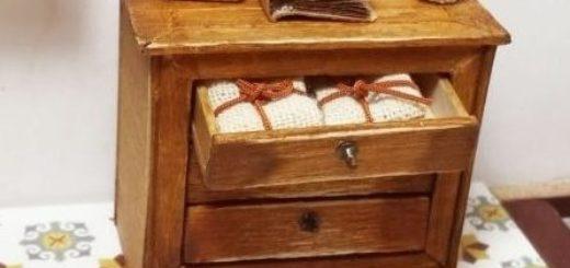 Миниатюрный комодик из деревянных палочек (1)