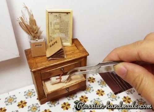 Миниатюрный комодик из деревянных палочек (4)