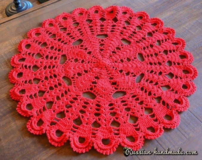 Декоративная салфетка крючком из красной пряжи (2)