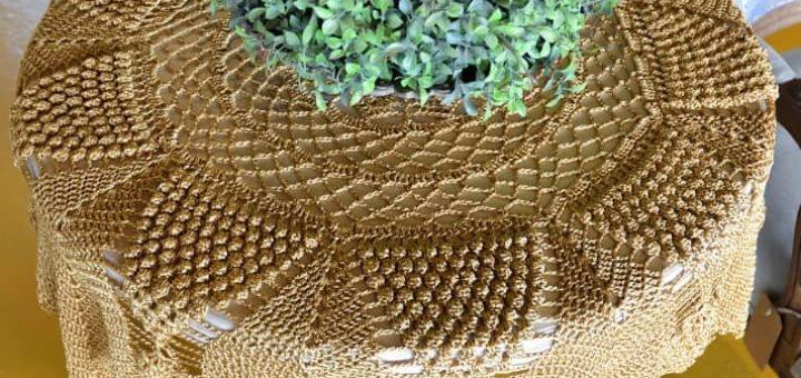 Золотая скатерть крючком для круглого столика