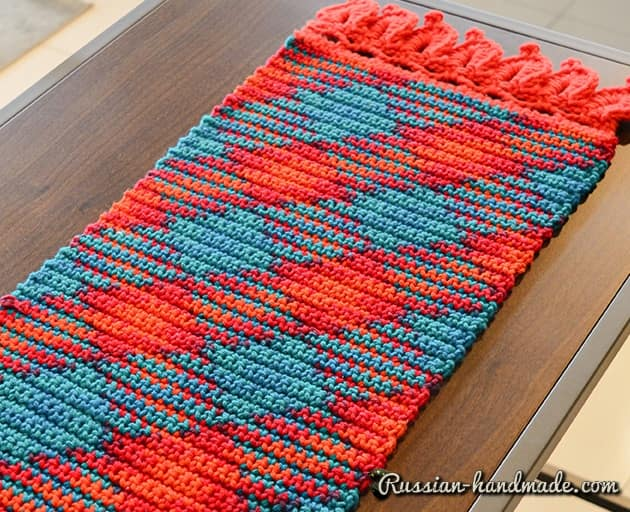 Салфетка-дорожка в технике мозаичное вязание крючком (3)